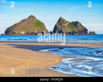 Carters Rocks, or Gull Rocks, off shore islands at Holywell Bay, North Cornwall, UK. The beach was one of the locations for TV series Poldark. - Stock Image