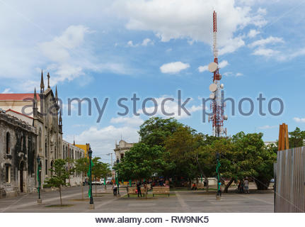 Modern tech and old architecture in Leon, Nicaragua face an urban park near the main cathedral. - Stock Image