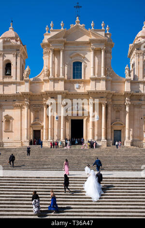 Bride arriving for wedding at Baroque style Cathedral of Saint Nicholas in Noto city, South East Sicily, Italy - Stock Image