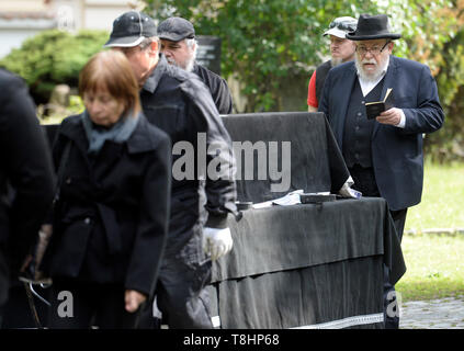 Prague, Czech Republic. 13th May, 2019. The chairman of the Prague Jewish Community and long-standing director of the Terezin (Theresienstadt) Memorial, Jan Munk, died at the age of 72 after a long disease. Chief Rabbi of the city of Prague and of the Czech Republic Karol Efraim Sidon (pictured right) attends the funeral of Jan Munk at the New Jewish Cemetery in Prague, Czech Republic, May 13, 2019. Credit: Katerina Sulova/CTK Photo/Alamy Live News - Stock Image