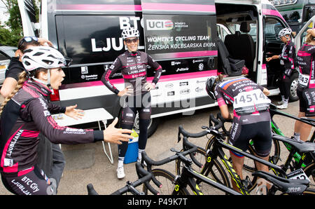 BTC team getting ready before the start of the 2018 Ovo Women's Tour - Stock Image