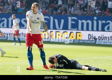 Pierre-Michel LASOGGA (HH) is asking for a withspieler to be more accurate, as goalkeeper Martin MAENNEL (Mvssnnel, AUE) has caught the ball, gesture, gesture, soccer 2. Bundesliga, 30. matchday, Hamburg Hamburg Hamburg (HH) - FC Erzgebirge Aue (AUE) 1: 1, on 20.04.2019 in Hamburg/Germany. ¬ | usage worldwide - Stock Image