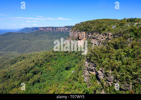 View of Jamison Valley and mountains from Cliff View lookout near Katoomba, Blue Mountains National Park, New South Wales, Australia. - Stock Image