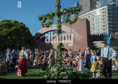 Dancers from Barnklubben Elsa Rix led off the annual Swedish Midsummer Festival in Battery Park City by dancing around the Maypole. Decorating the may - Stock Image
