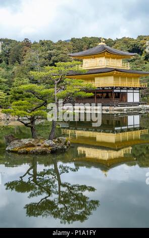 Golden Pavilion at the Rokuon-ji Temple Garden in Kyoto, Japan. | Der goldene Pavillion im Rokuon-ji Temple Garten in Kyoto, Japan. - Stock Image