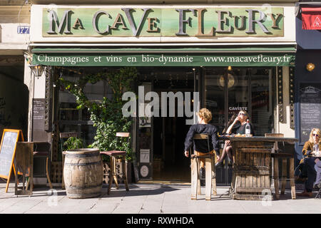 People enjoying drinks at the Paris wine bar Ma Cave Fleury on Rue Saint Denis. France. - Stock Image