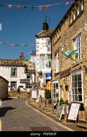 UK, Yorkshire, Wharfedale, Grassington, The Square, Garrs Lane shops and Black Horse Inn - Stock Image