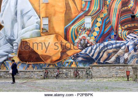 Spain, Basque Country, Alava, Vitoria Gasteiz, Old Town, rue Txikitxoa, Al Hilo del Tiempo murale - Stock Image