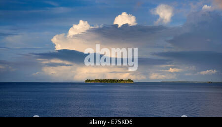 Tropical island off the tip of Kavieng, Papua New Guinea - Stock Image