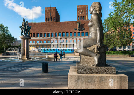Oslo City Hall, view of Oslo City Hall (Radus) and City Square (Radhusplassen) with sculptures and fountain by Emil Lie and Per Hurum, Norway - Stock Image