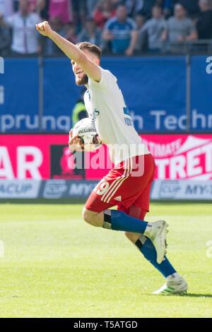Hamburg, Deutschland. 20th Apr, 2019. goalkeeper Manuel WINTZHEIMER (HH) cheers about the goal to make a 1: 1 equalizer for HSV Hamburg Hamburg Hamburg, jubilation, cheering, cheering, joy, cheers, celebrate, goaljubel, full figure, portrait, gesture, gesture, soccer 2. Bundesliga, 30. matchday, Hamburg Hamburg Hamburg (HH) - FC Erzgebirge Aue (AUE) 1: 1, on 20.04.2019 in Hamburg/Germany. ¬ | usage worldwide Credit: dpa/Alamy Live News - Stock Image