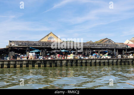 The market beside Thu Bon River in old quarter of historic town of Hoi An, Quang Nam Province, Vietnam, Asia - Stock Image