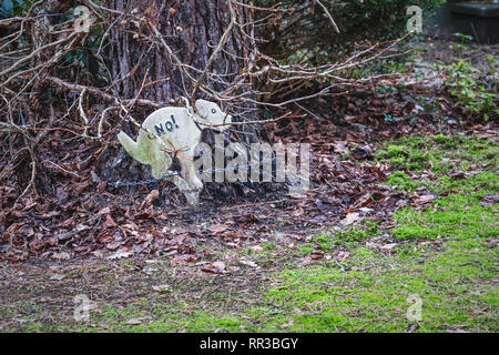 Waldsiedlung Krumme Lanke, Berlin. Dog with sign deterring dogs from using garden as toilet in garden - Stock Image