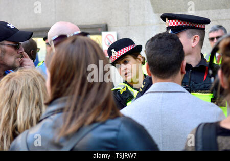 London, England, UK. Female police officer in a crowd outside the Old Bailey, May 2019 - Stock Image