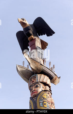Eagle with spread wings on top of Reconciliation Pole carved by Haida master carver Jim Hart, University of British Columbia, Vancouver, BC, Canada - Stock Image