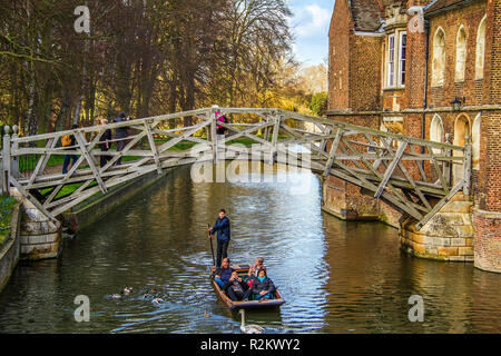 Cambridge Punting At The Mathematicians Bridge - Stock Image