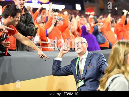 Glendale, AZ, USA. 11th Jan, 2016. Scott Van Pelt of ESPN jokes with Clemson fans during to the 2016 College Football - Stock Image
