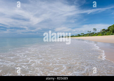 Idyllic lonely sea beach without people. Tropical vacations - Stock Image