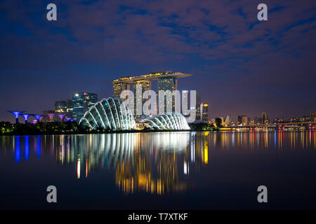 Singapore business district skyline before sunrise at Marina Bay, Singapore. - Stock Image