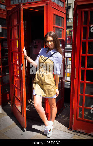 London, England. 22nd June 2018. Nicol,27, Daniela, 27, and Florentina, 28, on a trip to London from Arizona, enjoying the sunny weather. It is said t - Stock Image