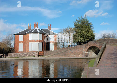 The boarded-up lock keepers cottage at Fazeley Junction. At the junction with the Coventry and Birmingham & - Stock Image