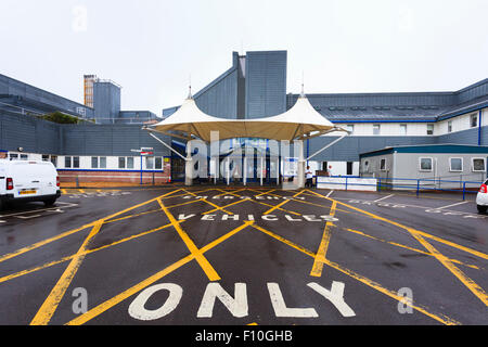 Emergency vehicles only cross hatching road markings outside hospital - Stock Image