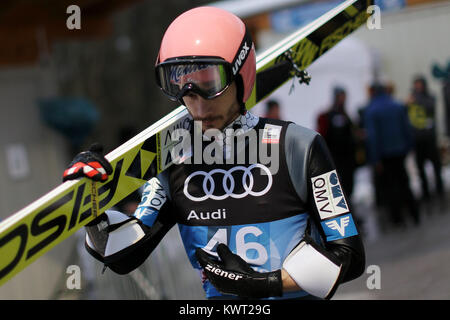 Bischofshofen, Austria. 05th, Jan 2018. Fettner Manuel from Austria looks on after he competes during the qualification - Stock Image