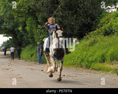 young female bareback rider on galloping horse on the hill Appleby-in Westmorland at the crowded annual Appleby Horsefair, Cumbria, England, UK, 8 June, 2018. young rider galloping Credit: Steve Holroyd/Alamy Live News - Stock Image