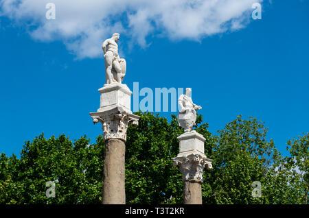 Statues of Hercules and Julius Caesar atop Roman columns in Alameda de Hercules in Seville - Stock Image