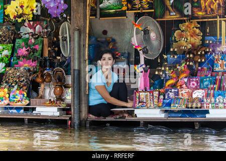 Damnoen Saduak, Thailand - August 29, 2018: Gift shop on the shore of the canal in Damnoen Saduak Floating Market, Ratchaburi, Thailand. - Stock Image