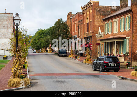 JONESBOROUGH, TN, USA-9/29/18:  Colorful Thanksgiving displays with cornstalks, chrysanthemums, pumpkins, and hay bales line main street. - Stock Image
