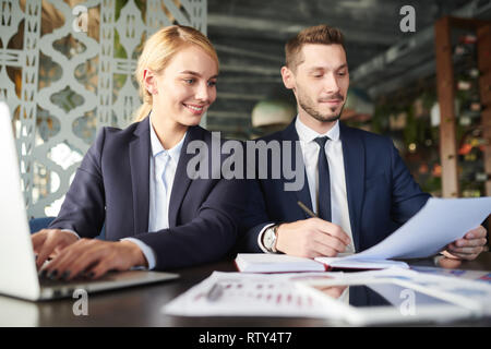 Reading papers at meeting - Stock Image