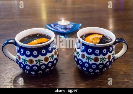 Mulled wine, grzane wino, in traditional ceramic mugs, Polish Bolesławiec pottery, Kaviarna Filmova,  Gdańsk, Poland - Stock Image