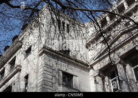 White architecture on building in London on a sunny day with blue sky - Stock Image