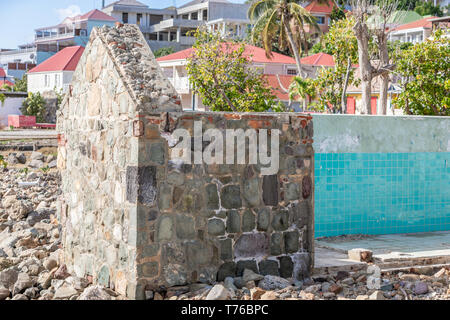 a colorful depiction of a sail boat on scrap wood in Gustavia, St Barts - Stock Image