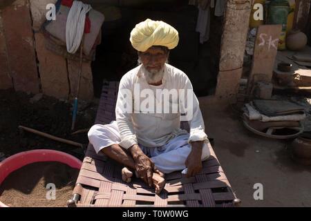 Portrait of an elderly man wearing a turban. Kakani village, Jodhpur, Rajasthan, India. - Stock Image