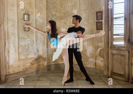Cuba, Havana. Two ballet dancers posing. Credit as: Wendy Kaveney / Jaynes Gallery / DanitaDelimont.com - Stock Image