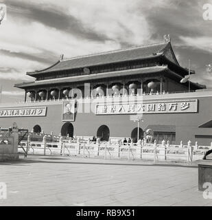 1950s, Beijing, China, Tiananmen Square and the 'Gate of Heavenly Peace', the entrance to the so-called Forbidden City, the former Imperial palace of China during the Ming and Qing dynasties. A picture of Chairman Mao is on the outside. - Stock Image