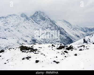 Tryfan from Ffynnon lugwy reservoir, Snowdonia, Wales in snow - Stock Image