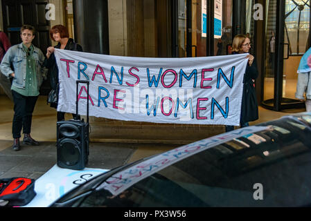 London, UK. 19th October 2018. Protesters hold a banner 'Trans Women Are Women' outside the Daily Mail building following articles demonising trans people, particularly trans women, in The Metro which they publish, and their printing an advertisement campaign for the hate group, 'Fair Play for Women'.  Thousands have complained about The Credit: Peter Marshall/Alamy Live News - Stock Image