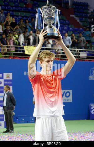 Pune, India. 5th January 2019. Kevin Anderson of South Africa poses with the championship trophy after winning the Tata Open Maharashtra 2019 ATP tennis singles title  in Pune, India. Credit: Karunesh Johri/Alamy Live News - Stock Image