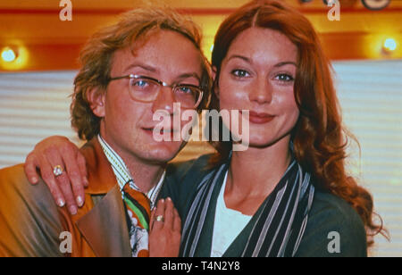 Wigald Boning, deutscher Komiker und Schauspieler, mit Kollegin Esther Schweins, Deutschland 1995. German comedian and actor Wigald Boning with actress Esther Schweins, Germany 1995. - Stock Image