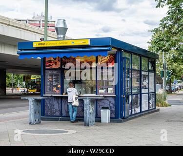 Imbiss - fast food kiosk selling fast food, currywurst & drinks on Breitenbachplatz, Dahlem, Berlin - Stock Image