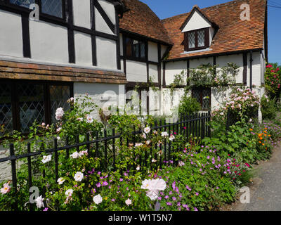 On the Ancient Ridgeway Path,  Tudor House with Flowers, South Stoke, Oxfordshire, England, UK, GB. - Stock Image