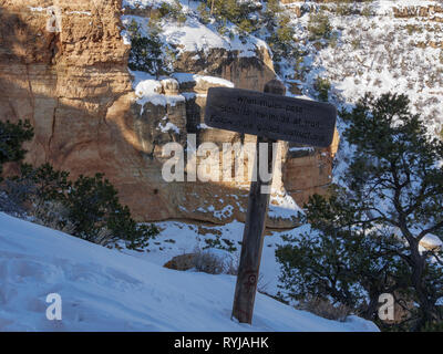 Sign with mule yield instructions. Bright Angel Trail, Grand Canyon National Park, Arizona. - Stock Image