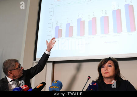Prague, Czech Republic. 20th May, 2019. Czech Prime Minister Andrej Babis, left, and Czech Finance Ministry Alena Schillerova, right, attend a press conference on the 2020 state budget, in Prague, Czech Republic, on May 20, 2019. The Czech Finance Ministry has drafted the 2020 state budget with a 40-billion-crown deficit, expenditures of 1,594 billion crowns and revenues of 1,554 billion. Credit: Ondrej Deml/CTK Photo/Alamy Live News - Stock Image