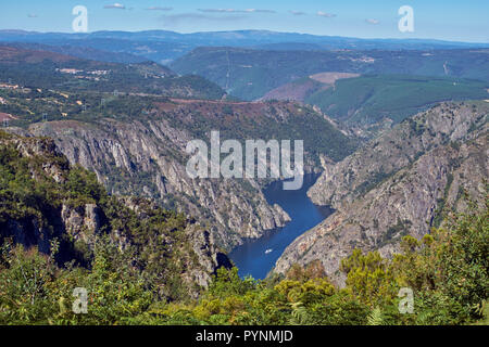 Valley of the Río Sil viewed from Mirador de Cabezoás with a tourist boat on the river. Near Parada de Sil, Galicia, Spain. - Stock Image