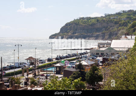 View of Shanklin seafront with Knock Cliff in the background - Stock Image