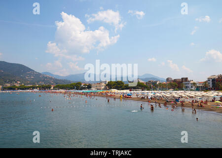 SESTRI LEVANTE, ITALY - AUGUST 23, 2018: Sestri Levante coast, seaside with people in a sunny summer day in Italy - Stock Image