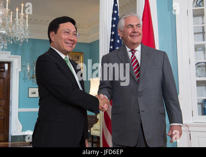 U.S. Secretary of State Rex Tillerson and  Vietnamese Deputy Prime Minister and Foreign Minister Pham Binh Minh - Stock Image